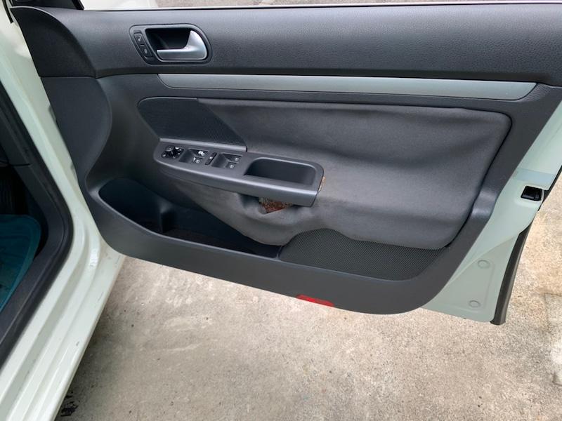 フォルクスワーゲンパサート 運転席側のトリム剥がれ